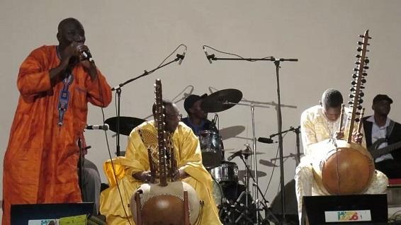 DIABATÉ Toumani   seu filho Sidiki e seu grupo Symmetric Orchestra no festival Akoustik Bamako RFI David Baché